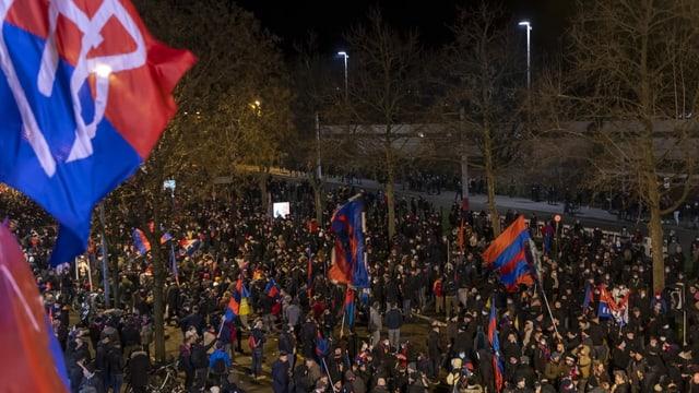 FCB-Fans protestieren gegen die Clubleitung - die Abstands- und Maskenpflicht wird kaum eingehalten.
