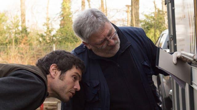 Willi Häfeli (rechts) bei der Arbeit im Tierpark Dählihölzli.