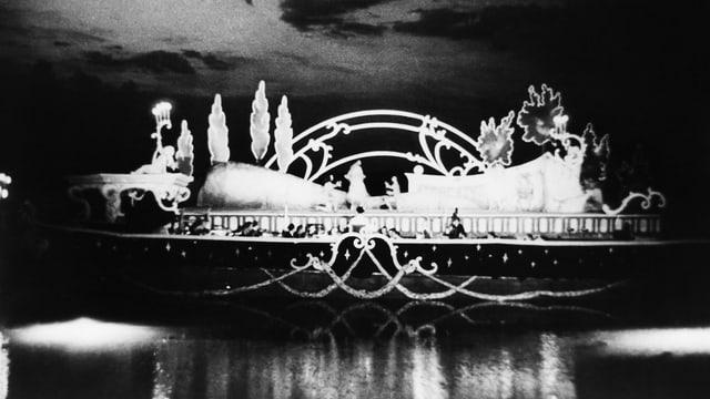 Ein Bühnenbild auf dem See.