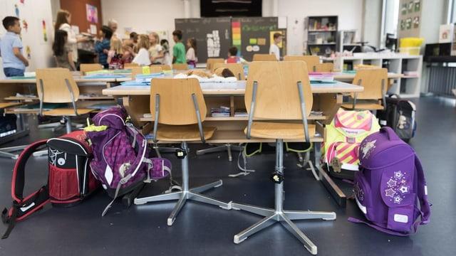Zwei leere Plätze mit Schülern im Hintergrund