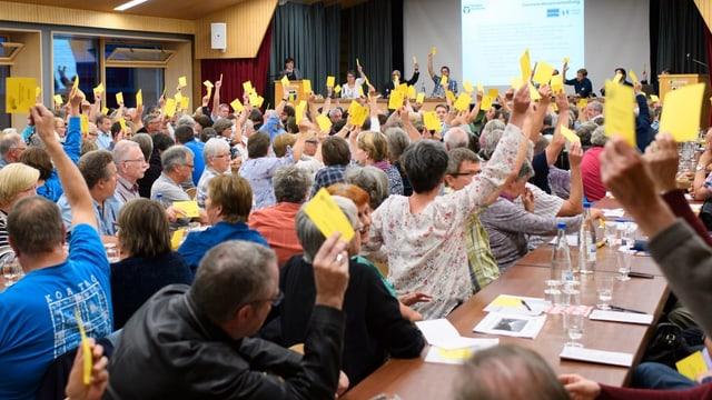 Teilnehmer stimmen während einer Gemeindeversammlung in Kandersteg über ein Geschäft ab. (Symbolbild)