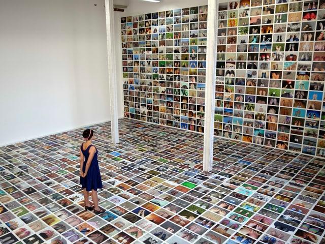 Eine Frau steht auf einer Collage unzähliger Bilder von Füssen.