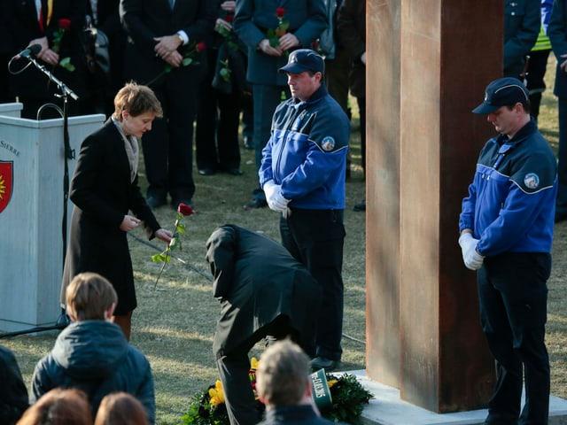 Bundespräsidentin Simonetta Sommaruga legt an der soeben eingeweihten Gedenkstätte bei Siders eine Rose nieder.