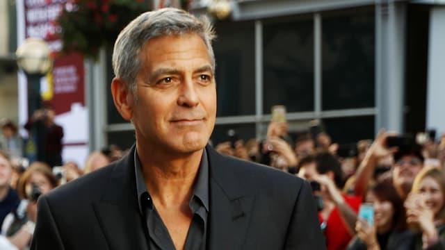 Goerge Clooney in schwarzem Anzug und schwarzem Hemd.
