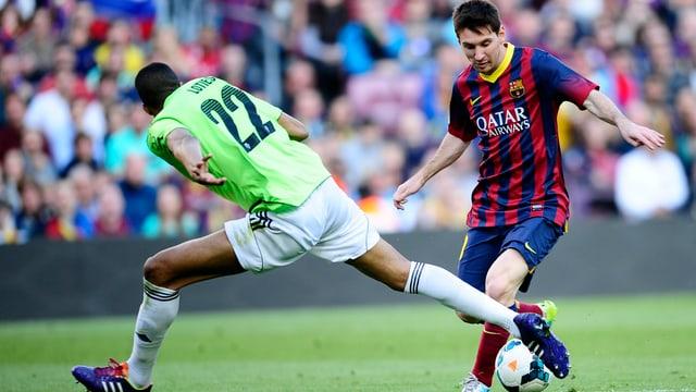 Lionel Messi lässt die Gegner ins Leere laufen.
