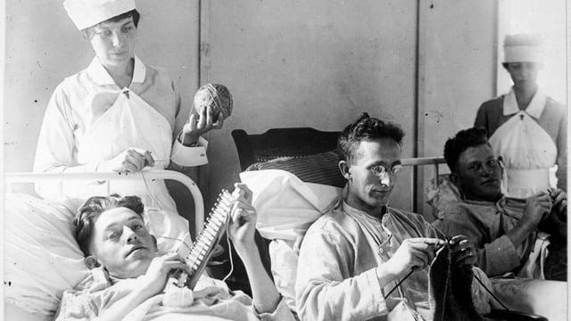 In einem Lazarett in Washington: Verwundete US-Soldaten beschäftigen sich in ihren Krankenbetten.