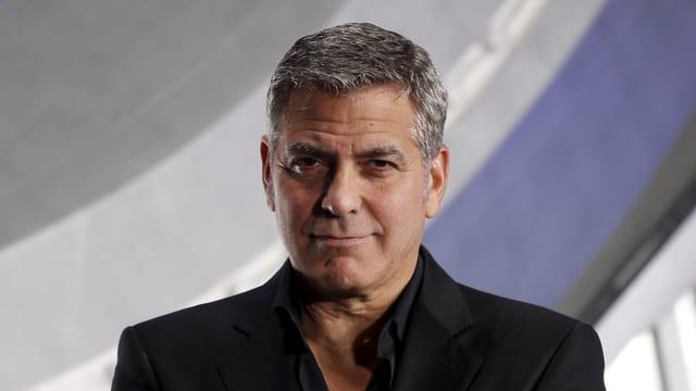 George Clooney klatscht in die Hände.
