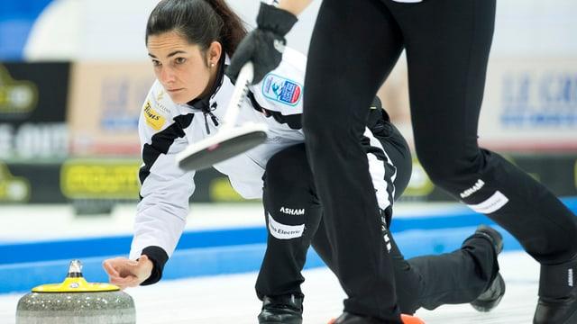 Binia Feltscher, il skip da l'equipa da curling da Flem durant in gieu