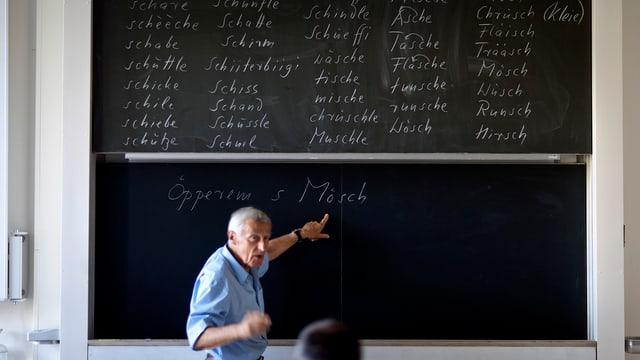 Ein Deutschlehrer an der Wandtafel