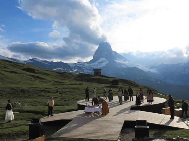 Freilichtbühne mit Schauspielern vor dem Matterhorn.
