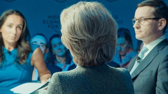 ein HInterkopf einer Frau, die an einem Meeting teilnimmt