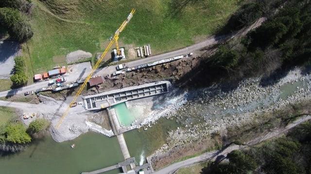 Luftaufnahme der Baustelle mit Kran im Flussbett der Sihl