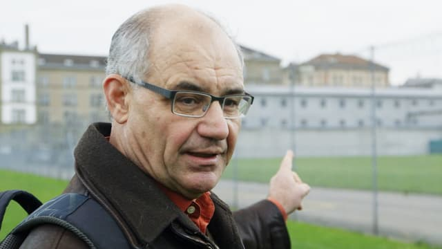 Rudolf Elmer vor dem Untersuchungsgefängnis