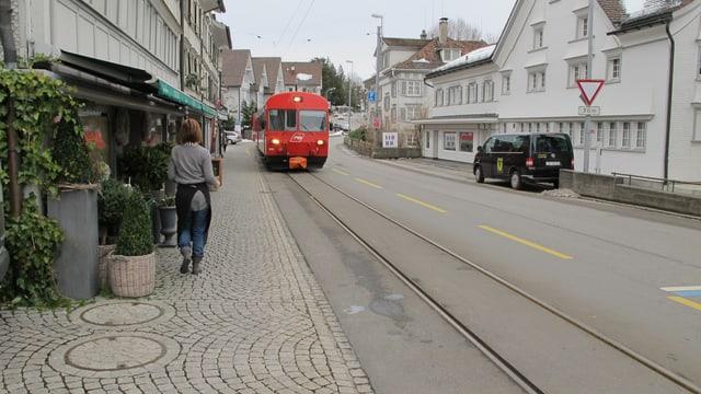 Die Appenzeller Bahn naht auf der Strasse.