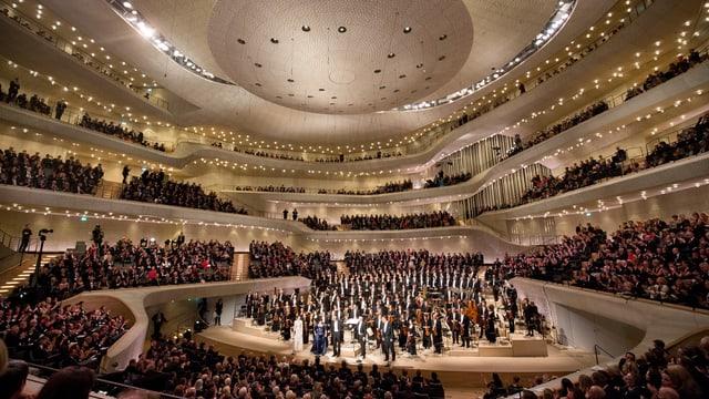 Blick in einen voll bestezten modernen Konzertsaal