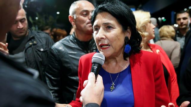 Salome Surabischwili spricht in ein Mikrofon eines Journalisten.