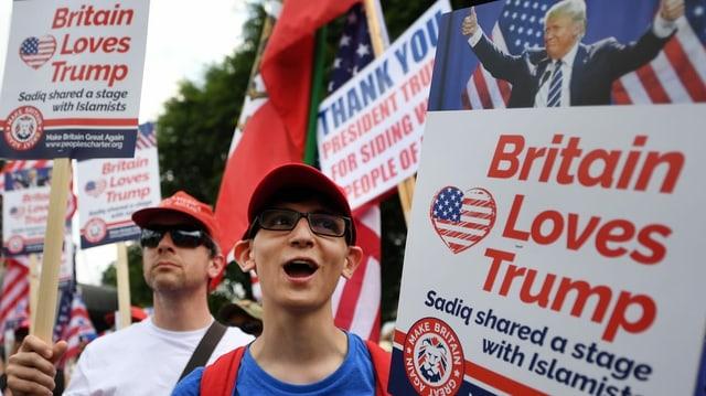 Ein Plakat, das zeigt, dass auch Briten Donald Trump lieben.