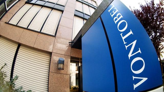 Firmenschild von Vontobel vor dem Zürcher Bankgebäude