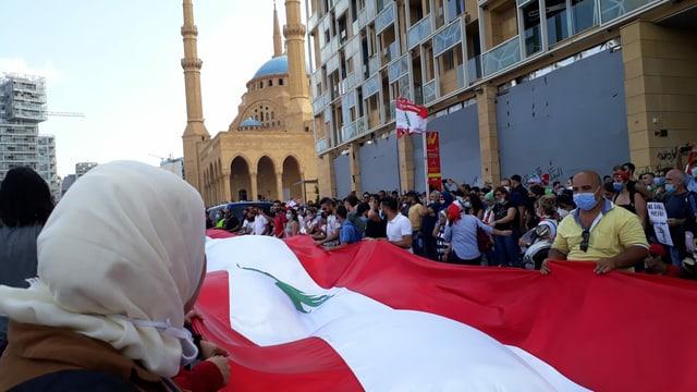 Demonstranten tragen riesige libanesische Fahne