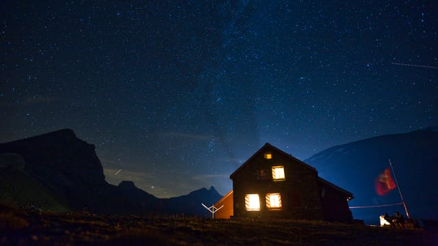 Blick auf die Muttsee-Hütte im Kanton Glarus.