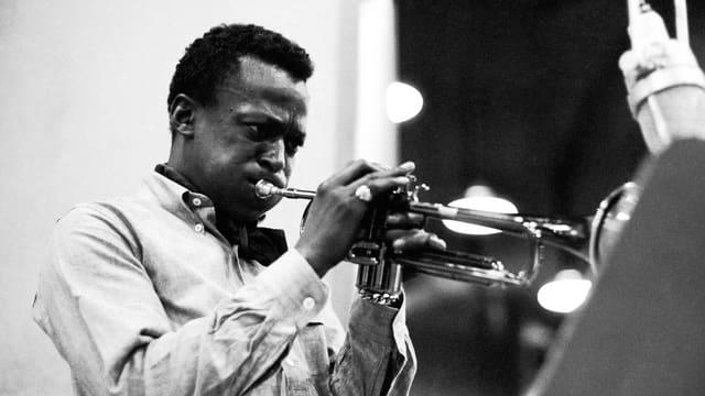 Miles Davis Trompete spielend.