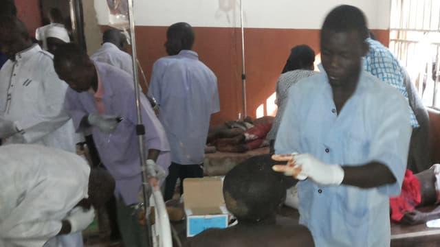 Ein Arzt versorgt einen Verletzten