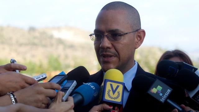 Informationsminister Ernesto Villegas gibt ein Interview.