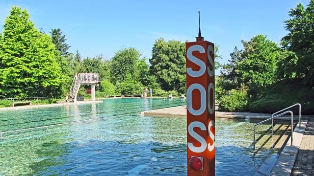 Notrufseule neben dem Aussenbecken des Schwimmbades Rheinnau