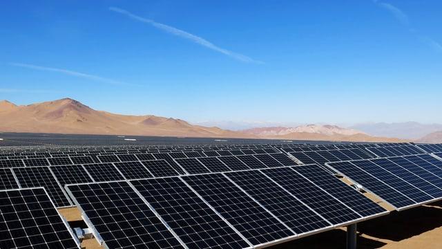 Solarpanels in einer Wüste