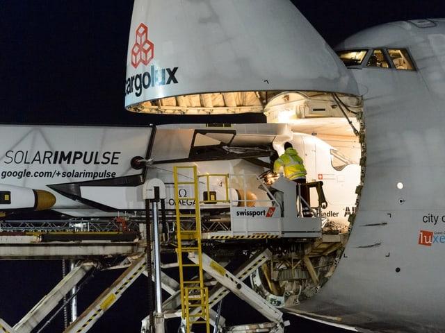 Eine 747 transportiert das Schweizer Solarflugzeug SolarImpulse.