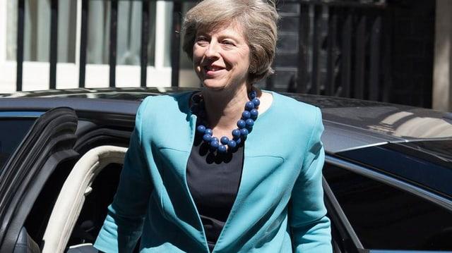 Theresa May steigt aus einem Auto
