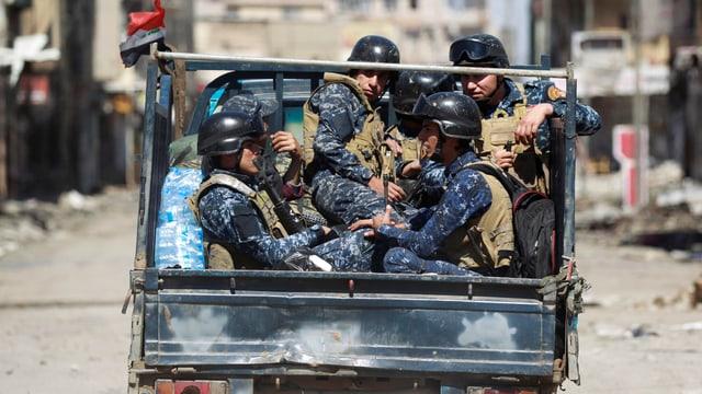 Soldaten in einem Lastwagen.