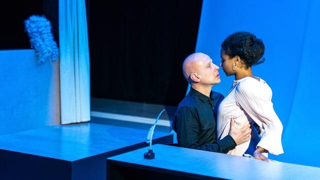 Dorfrichter Adam (Christian Baus) und die junge Verlobte Eve (Alina Vimbai Strähler).
