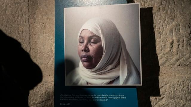 """Ausstellung """"Kein Kinderspiel"""": Ein Foto und ein Text einer Frau, erzählen von ihrer Flucht."""