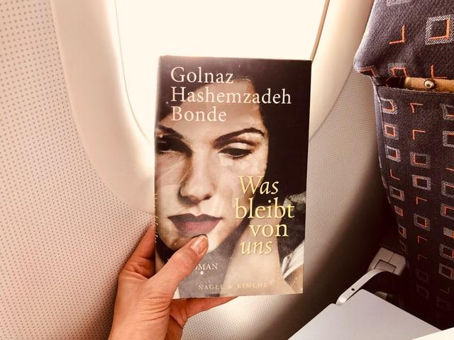 Das Buch von Golnaz Hashemzadeh Bonde: «Was bleibt von uns» vor einem Flugzeugfenster