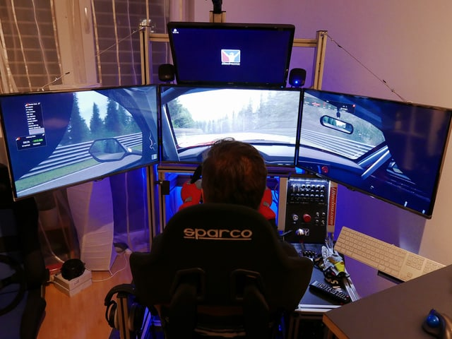 Guido im Cockpit, vor vier Monitoren.