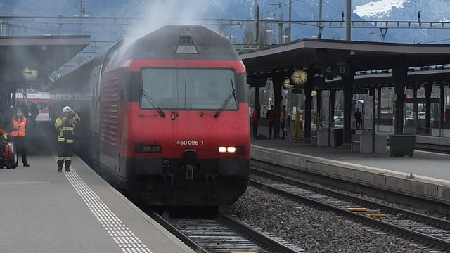 Die brennende Lok fährt in den Bahnhof ein. Die Feuerwehr ist schon bereit.