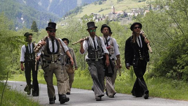 Sigi de Grappa amez e ils mastergnants en viadi vers Ramosch (davos).
