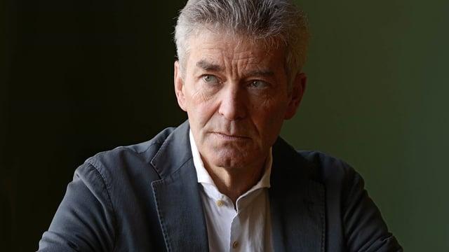Porträt-Bild eines Mannes mit grau meliertem Haar.
