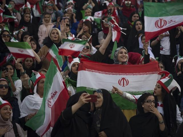 Zwischen 3500 und 4000 Frauen fanden sich im Azadi-Stadion ein.