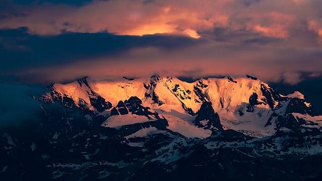 Rötliche Berge, daürber Wolken