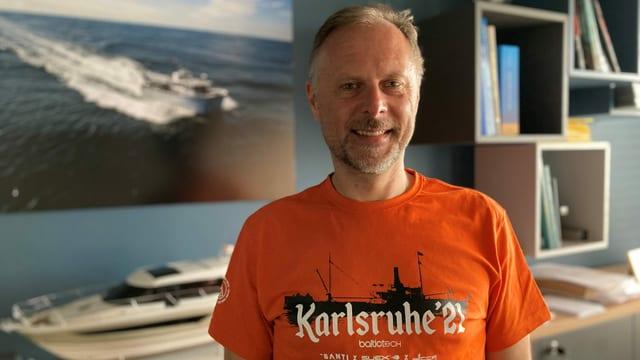 Der Wracktaucher Tomasz Stachura in seinem Büro in Gynia mit dem T-Shirt zu seiner neuesten Expedition.