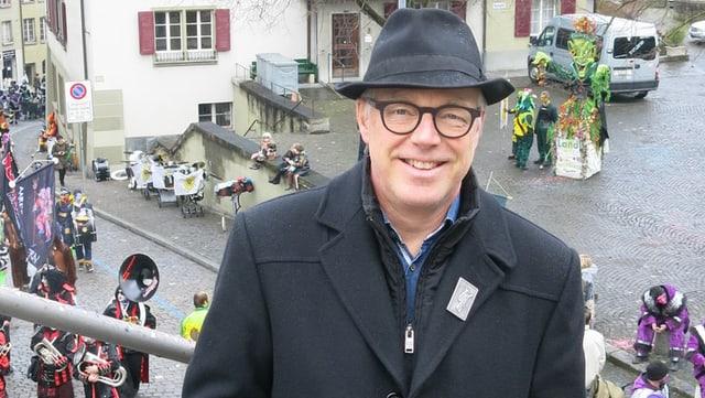 Thomas Göttin, im Hintergrund Guggenmusiken