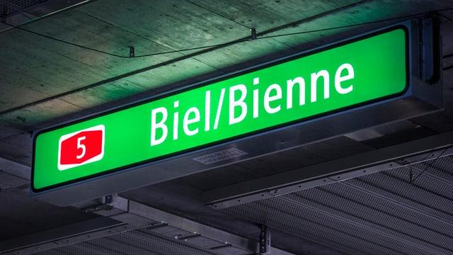 Zweisprachige Leuchttafel in einem Bieler Autobahntunnel.