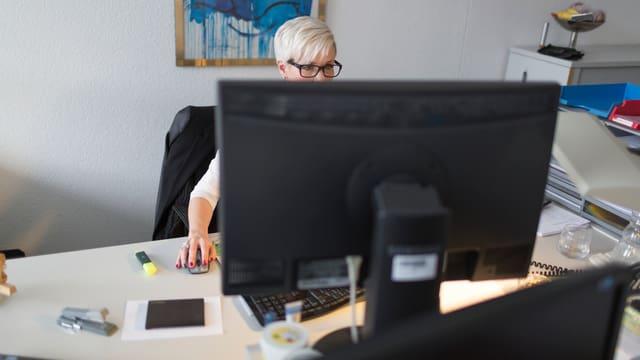 Frau an einem Computer in einem Büro