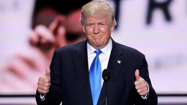 Donald Trump sin tribuna al di da partida dals republicans a Cleveland.