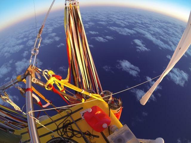 Sicht vom Ballonkorb auf Erde