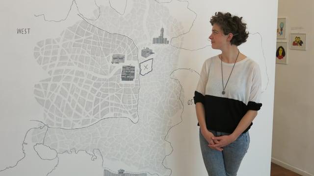 Die Illustratorin Isabel Peterhans vor dem Stadtplan Jerusalems.