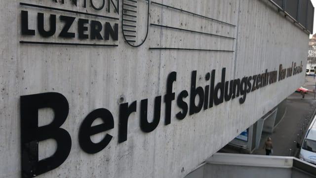 Blick auf das Logo des Berufsbildungszentrum.