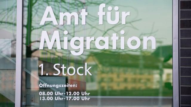 Hinweisschild zum Amt für Migration
